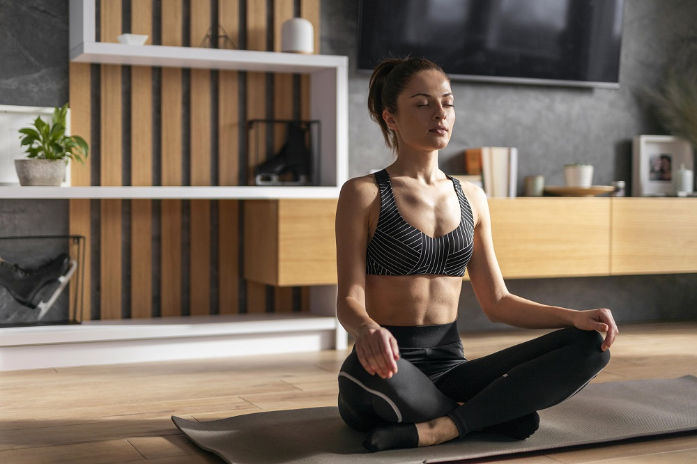cuidar da saúde mental mulher meditação